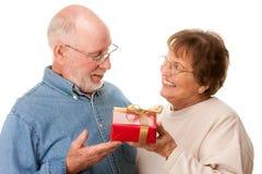 aîné heureux de cadeau de couples Images stock