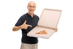 Aîné heureux tenant un pointage de boîte à pizza Photos libres de droits
