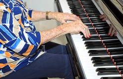 Aîné jouant le piano Images libres de droits