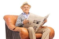Aîné lisant un journal Image libre de droits