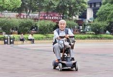 Aîné masculin chinois dans la voiture électrique, Changhaï, Chine Photo libre de droits