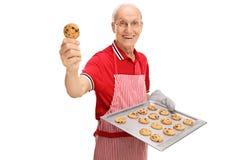Aîné montrant ses biscuits faits maison Photographie stock libre de droits