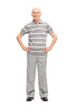 Aîné occasionnel dans le pantalon et le polo gris Image stock