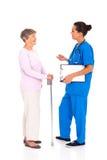 Aîné parlant d'infirmière Photo libre de droits