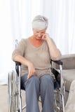 Aîné pensif dans son fauteuil roulant Images libres de droits