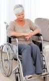 Aîné pensif dans son fauteuil roulant Photos stock