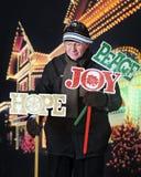 Aîné plaçant des signes de yard de Noël Photos libres de droits
