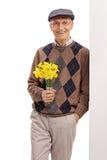 Aîné romantique tenant des fleurs Photographie stock