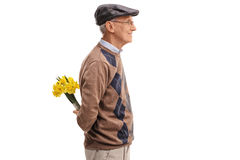 Aîné romantique tenant des fleurs derrière de retour photographie stock