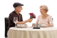 Aîné romantique une date avec une femme Image stock