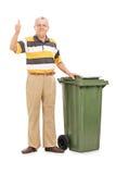 Aîné satisfaisant se tenant prêt une poubelle Image libre de droits