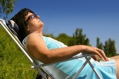 Aîné se reposant au soleil Photo libre de droits