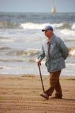 Aîné sur la plage Photo libre de droits
