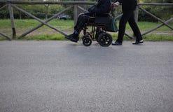 Aîné sur le fauteuil roulant Photos libres de droits