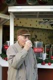 Aîné sur le marché de Noël Photographie stock libre de droits