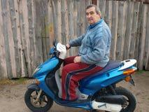 Aîné sur le scooter photos stock