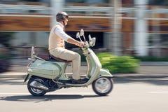 Aîné sur le scooter Image libre de droits