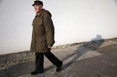 Le vieil homme de marche Images libres de droits