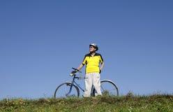 Aîné sur le vélo Image stock