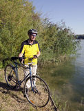 Aîné sur le vélo Photo stock