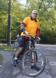 Aîné sur le vélo de montagne images libres de droits