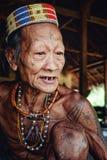 Aîné tribal Toikot à sa maison de forêt tropicale indiquant un conte au sujet de juin photo libre de droits