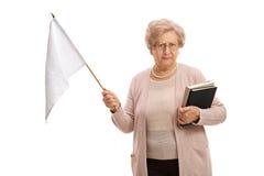 Aîné triste avec un drapeau blanc regardant l'appareil-photo Image stock