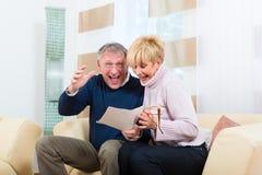 Aînés à la maison recevant une bonne lettre Image libre de droits