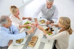 Aînés à la table mangeant le déjeuner Photographie stock libre de droits