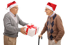 Aînés échangeant des cadeaux de Noël Photographie stock libre de droits