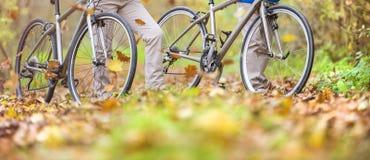 Aînés actifs marchant avec le vélo Images stock