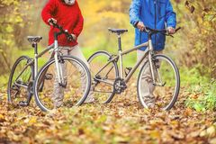 Aînés actifs marchant avec le vélo Image stock