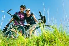 Aînés avec des vélos de montagne images stock