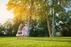 Aînés avec la petite-fille marchant dehors Image libre de droits