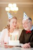 Aînés avec le gâteau d'anniversaire Photos stock