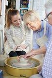 Aînés avec le professeur In Pottery Class Images stock