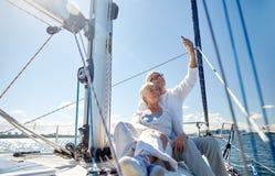 Aînés avec le smartphone prenant le selfie sur le yacht Photos libres de droits