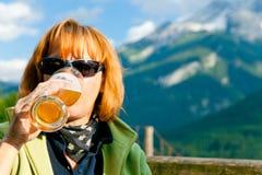 Aînés ayant une boisson Photos libres de droits