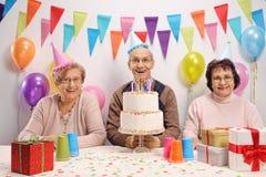Aînés célébrant un anniversaire Photo stock
