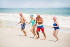 Aînés courant à la plage Photographie stock libre de droits