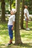 Aînés détendant près des arbres Images stock