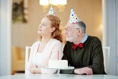 Aînés dans des chapeaux d'anniversaire Photo stock
