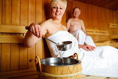 Aînés dans le sauna suant et détendant Photo stock
