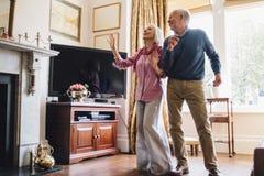 Aînés dansant à la maison Photographie stock libre de droits