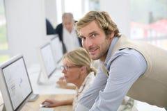 Aînés de aide d'instructeur dans la classe Image stock