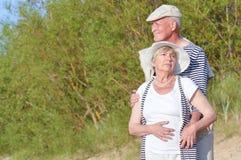 Aînés de couples sur la plage Photographie stock libre de droits