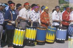 Aînés de natif américain battant du tambour pendant la cérémonie de danse de maïs en Santa Clara Pueblo, nanomètre Image libre de droits