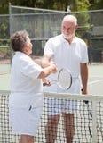 Aînés de tennis - prise de contact Images stock