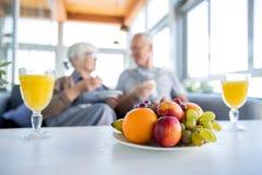 Aînés en bonne santé avec des fruits photographie stock libre de droits