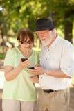 Aînés et téléphones intelligents Photographie stock